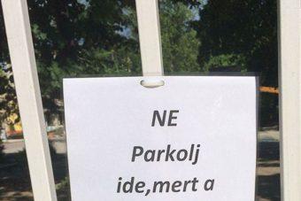 Őszinte cetli figyelmezteti az autósokat Budapesten