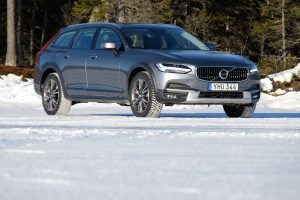 Korcsolya szmokingban: Volvo V90 Cross Country