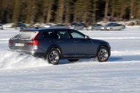 Korcsolya szmokingban: Volvo V90 Cross Country