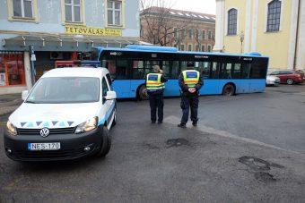 Nem jön a busz? Persze, mert elnyelte a föld!
