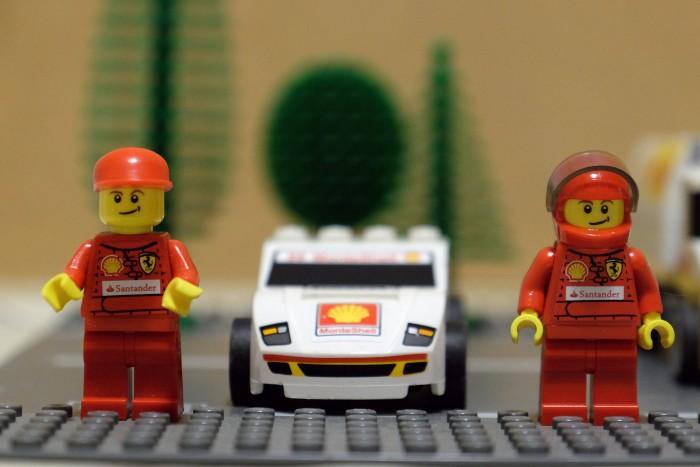 A Ferrari Lego autó légterelője már valami csillagrombolón teljesít szolgálatot. Ennek ellenére remek húzás, fiús apák meghülyítésére
