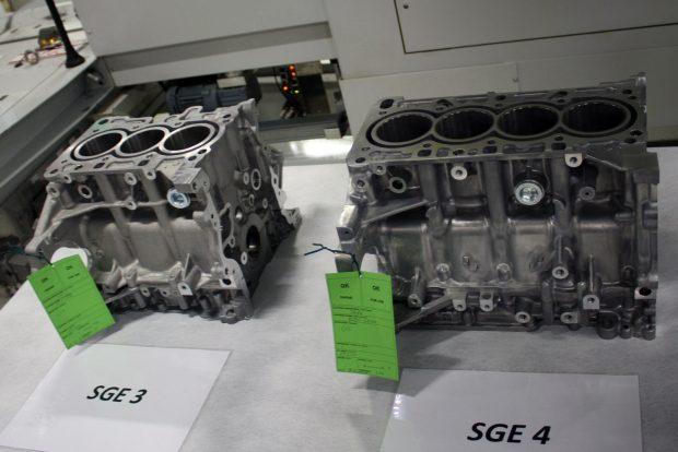 Balra az SGE, a Small Gasoline Engine családból a háromhengeres benzines, jobbra a négyhengeres 1,4-es. Utóbbitól csupán 9 alkatrészében tér el az új 1,5-ös változat