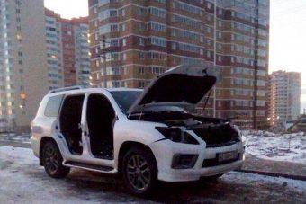 Kibelezték az autóját, amíg barátnőjénél aludt
