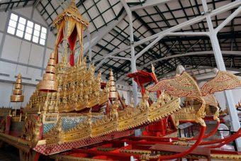 200 éves aranyhintó viszi utolsó útján a királyt