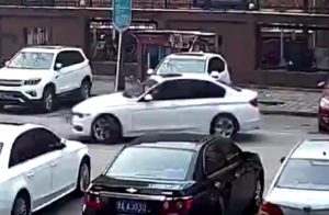 Végtelenül egyszerű parkolást szúrt el ez a BMW-s
