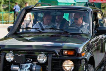 Putyin a volán mögött, és ez jó neki