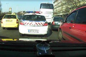 Rendőri felvezetést kapott Budapesten egy terhes hölgy és az apuka