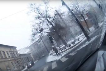 Videóra vették, ahogy a rendőr beléjük rohan a Kálvárián