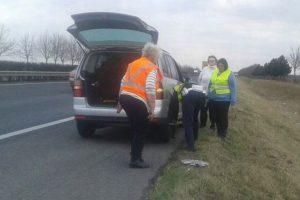 Fotókon, ahogy két magyar rendőr segít az osztrák bajbajutottakon