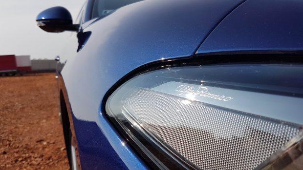 A Montecarlo kék metálfényezés gyönyörűen csillog a napfényben, de ennek bizony ára van: 315 000 Ft