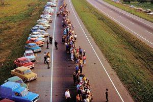 Ritkán látott fotókon a 600 kilométer hosszú, emberek alkotta lánc