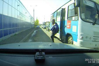 Lelépett a mozgó buszról a nő és bumm