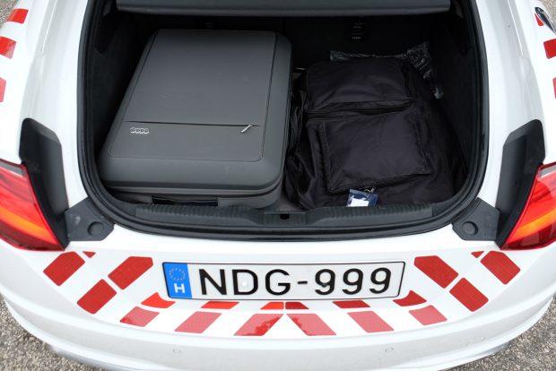 Gyári bőröndben lapulnak a munkához szükséges kiegészítők. Tele is van velük a sportkocsi csomagtartója