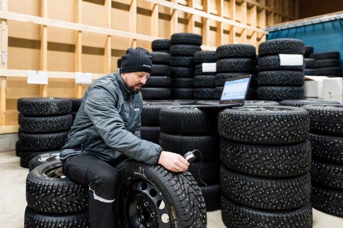 Skandináviában sok útról csak letolják hó nagy részét és a letaposott havon szöges gumikkal autóznak a helyiek