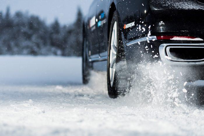 Hóembert építve megtanultuk, hogy hó a hóhoz jól tapad. A lamellás téli gumi a havas felületbe belemarva ezért veszi fel a havat