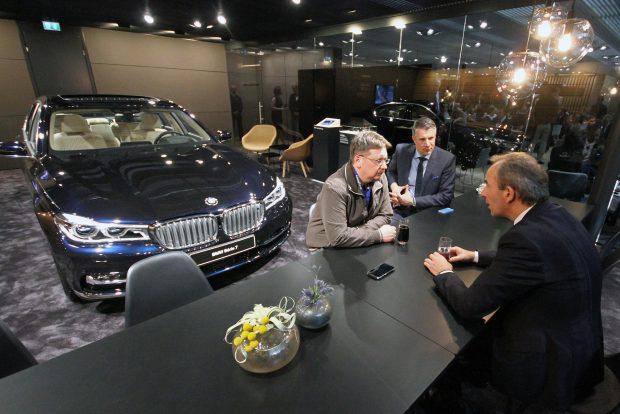 A háttérben Salgó András, a BMW hazai kommunikációjának vezetője
