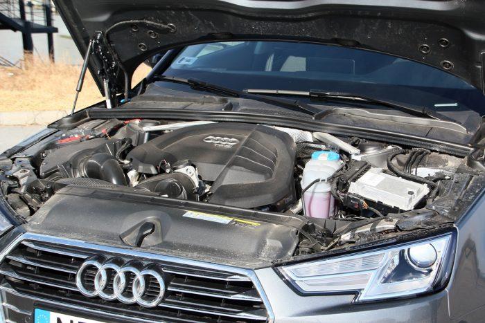 Hosszában az 1,4-es turbós benzines, amit a burkolat tagolásával is hangsúlyoznak