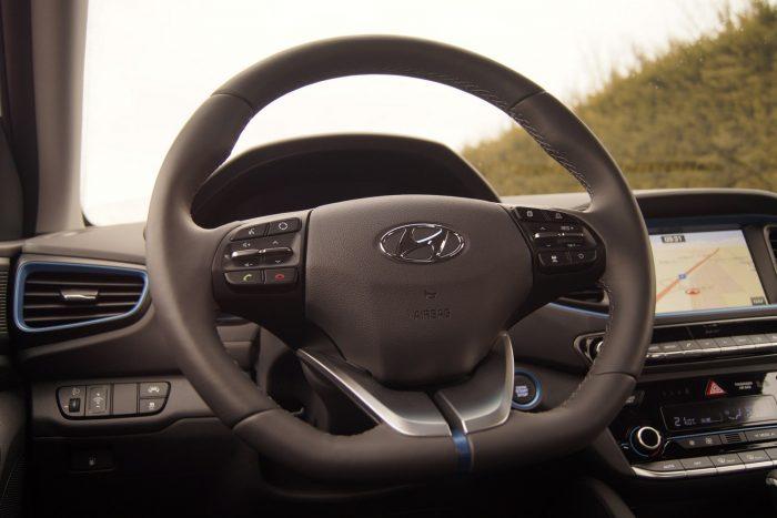 Már önmagában a kormányon meg lehet figyelni, mennyire odafigyelt minden apró részletre a tervezésnél a Hyundai
