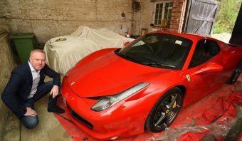 Kátyúba hajtott a Ferrarival, az önkormányzat fizetni fog