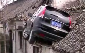 Háztetőn landolt egy Honda CR-V