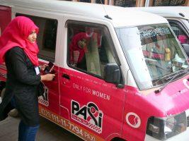 Rózsaszín taxikkal védik a nőket