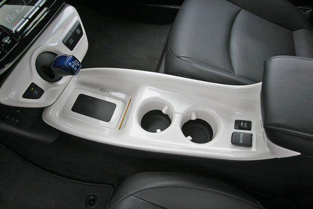 Valami egészen bizarr pohártartó került a Toyota Priusba. Mintha valami piszoár-szerű lyuk tátongana a középkonzolban