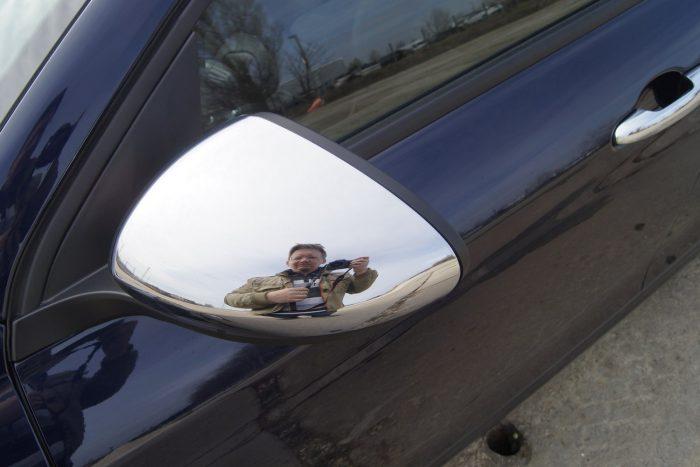 Feldobja a kocsit a feláras króm tükörház