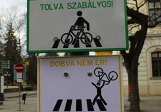 Mókás kiegészítést kapott egy bicikliseknek szóló KRESZ-tábla