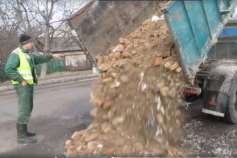 Így javítanak utat Ukrajnában, nem szép látvány