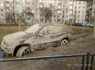 A lakótelep közepén sikerült elakadni egy szabadidő-autóval