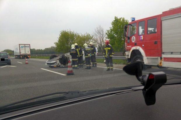Felborult egy autó az M1-esen
