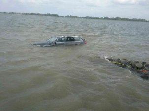 Autót húztak ki a Dunából