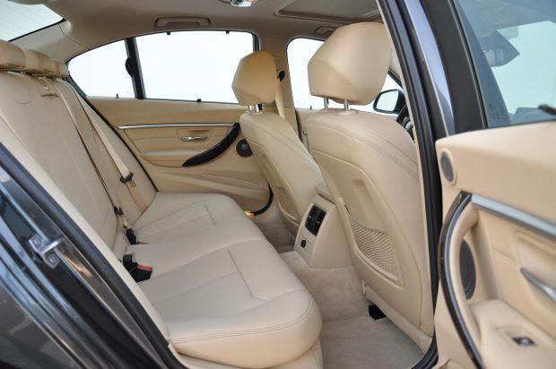 Elsőre szép és elegáns a belső tér, de az ajtóoszlopok és a tető kárpitozása eltérő színű, a szürkére hagyott elemek csúnyán elütnek a bézstől az F30-as BMW belső terében