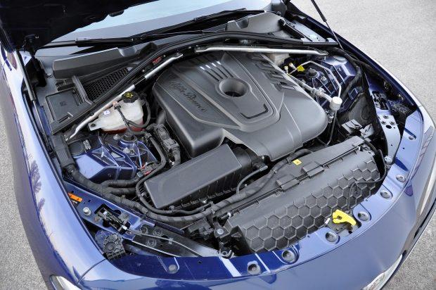 Lenne elég kraft a 380, automata váltóval 450 Nm nyomatékú motorban az erőcsúsztatásokhoz, de az Alfa nem engedi kikapcsolni az ESP-t, csak az 510 lóerős QV-ben