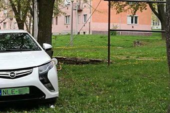 Na így töltenek elektromos autót a kazincbarcikai lakótelepen