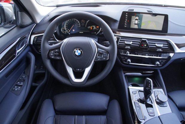 Hagyományos BMW-s motívum a vezető felé fordított középkonzol