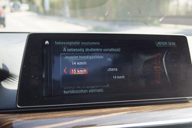 Az autó egyik legjpofább szolgáltatása: a táblafelismerővel összekötött tempomathoz megadhatunk egy tűrést, hogy mennyivel szeretnénk gyorsabban, esetleg lassabban :-) menni a megengedettnél