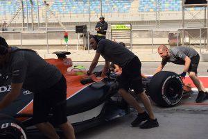 F1: A McLaren csak két kört bírt, a Mercedes is lerobbant