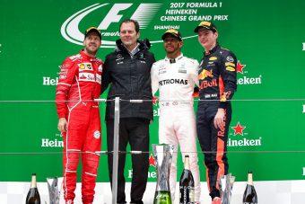 Hamilton: Nem egyszerű előzni, de Verstappennek mindig sikerül