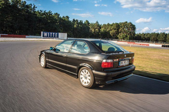 Az alapáras sportfutómű és a közvetlen kormányzás igazi kanyarművészt varázsolnak a kompakt BMW-ből. Leültetni fölösleges