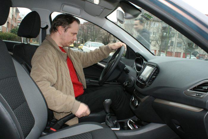 Mihály az új autóban bízik, amit sokáig megtart. Egy 307-es Peugeot-ja van