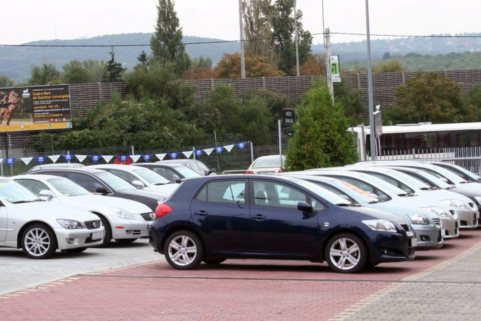 2009 végétől az átdolgozott Aurisban az alapmodell és az 1,6 literes is hatfokozatú kézi váltót kapott. Az ötgangos elődöknél mindkét új motor takarékosabb