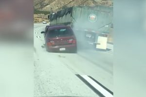 Hogy a fenébe nem látta a kamionsofőr, hogy egy autót húz maga után?