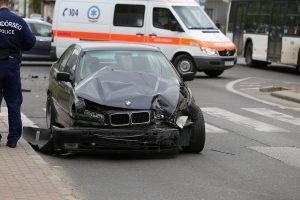 Fotókon a busszal ütközött a BMW, aminek sofőrje menekülni próbált a rendőrök elől