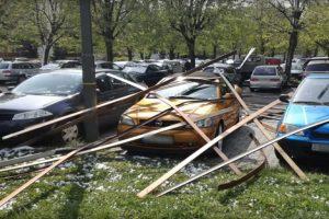 Épületet bontott a szél az autókra Szombathelyen