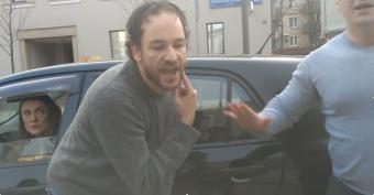 Valódi bokszmeccset vívott két autós az utcán, de győzött a józan ész