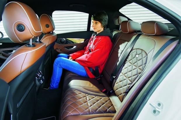 Hátul is tökéletes a C 180 kényelme, látványos és drága a designo bőr csomag (1,38 millió forint)