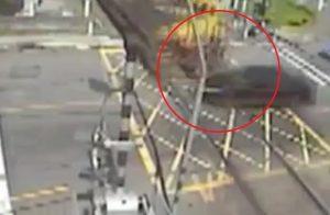 Zárt sorompó mellett hajtott a vonat elé