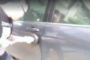 Videón, ahogy vécépumpával törnek fel autókat
