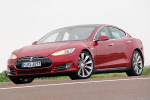 Több tízezer autót hív vissza a Tesla